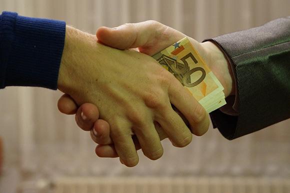 Рукопожатие с передачей денег