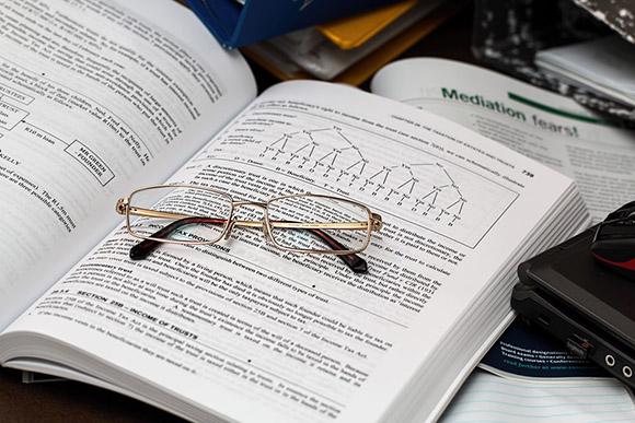 Книга и очки