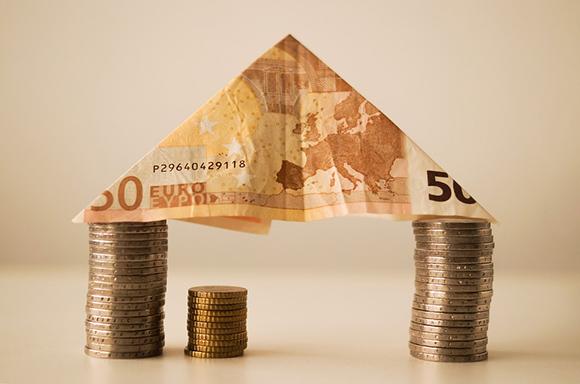 Дом из бумажных и металлических денег