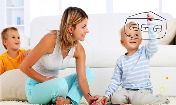 Ребенок рисует дом