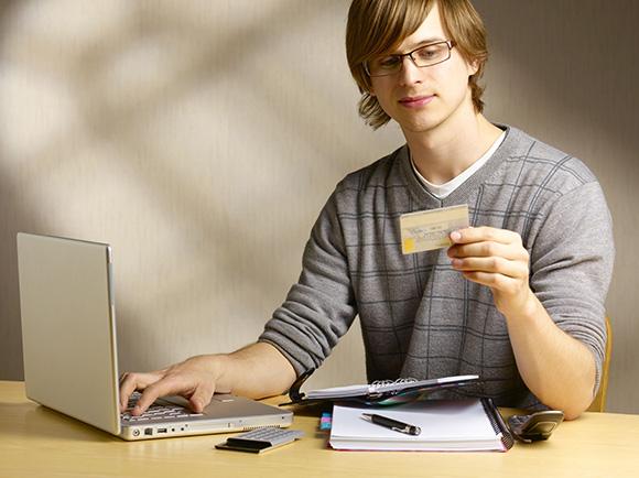 Парень с кредитной картой