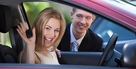 Девушка забирает машину