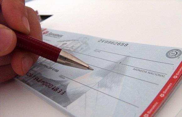 Чек используется для получения денежных средств в разных кредитных учреждениях