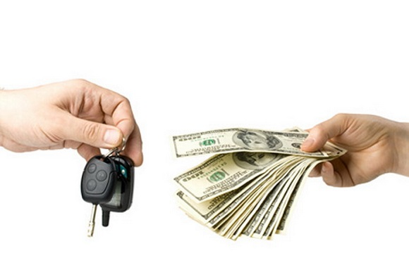 покупатель оставшиеся деньги отдает на руки продавцу