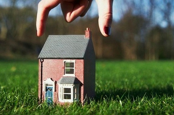 Не взимается налог при покупке земли,на которой уже располагается жилое строение
